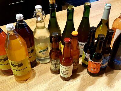 Un photo de bouteilles de bières, vin, limonade et cidres