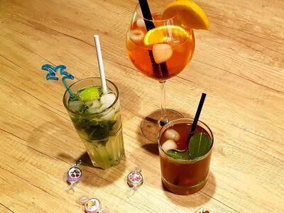 Une photo de cocktails