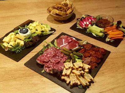 Une photo de planches de charcuterie, fromage et produits végétariens